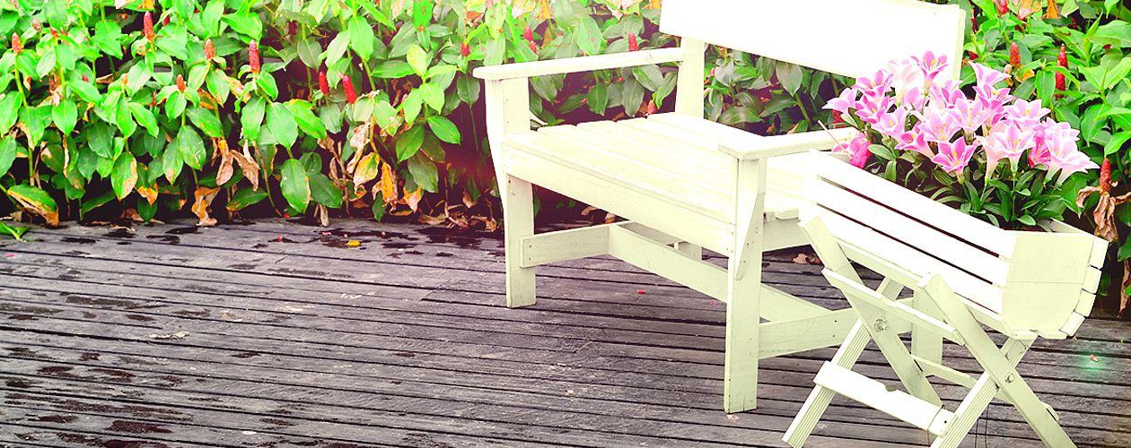 Mit einem hochwertigen Lack dauerhaft versiegelt – so machen Gartenmöbel Freude.