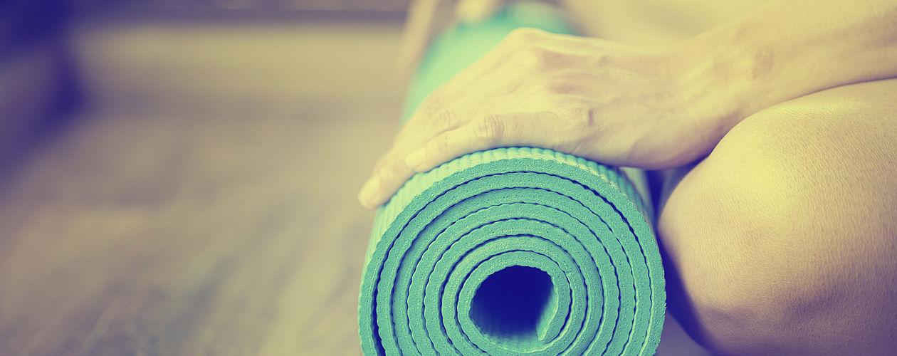 Grün- und Blautöne eigenen sich aufgrund ihrer beruhigenden Wirkung ideal für das Yogazimmer