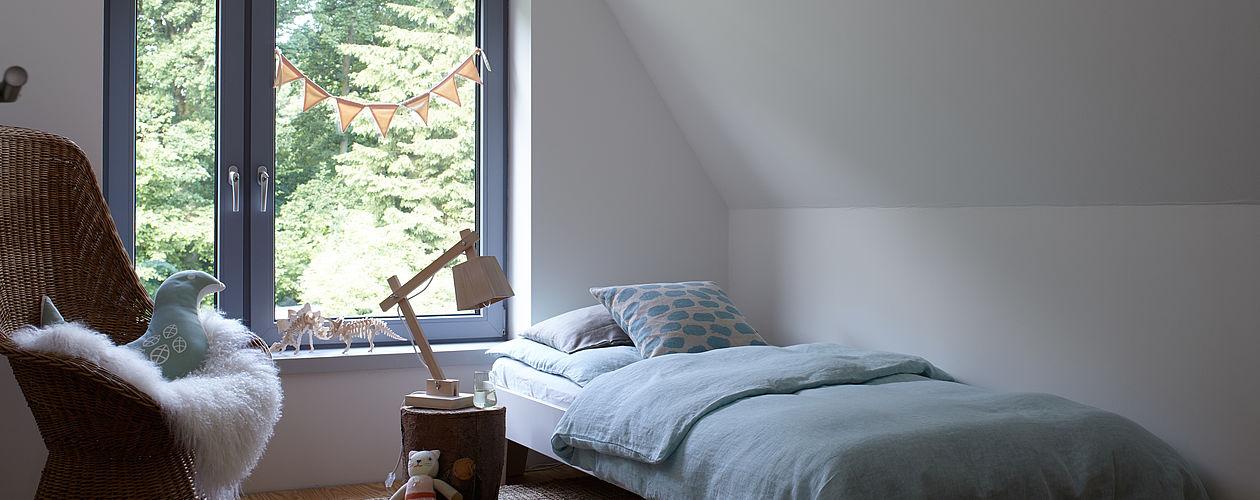 Vor allem Souterrain- und Dachgeschosszimmer leiden häufig unter geringem Lichteinfall. Mit ein paar farblichen Tricks lässt sich dies jedoch ausgleichen.