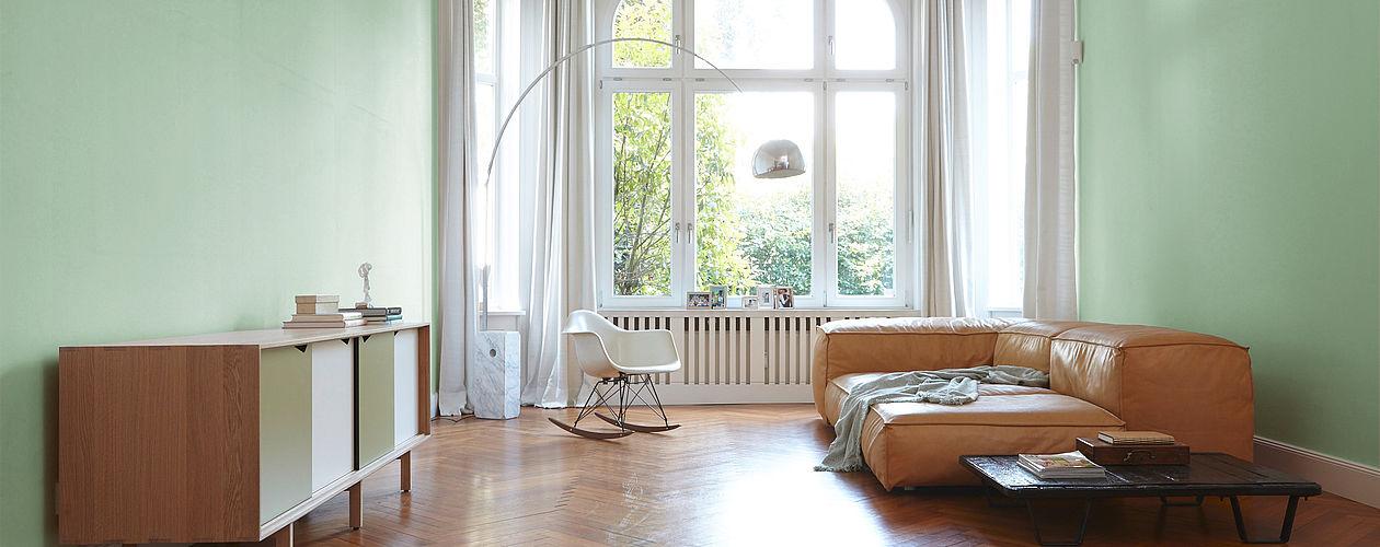 Satte, grau überhachte Grüntöne geben großen Räumen mehr Halt und Struktur. Je dunkler dabei die Nuance, desto näher rücken die Wände optisch heran.