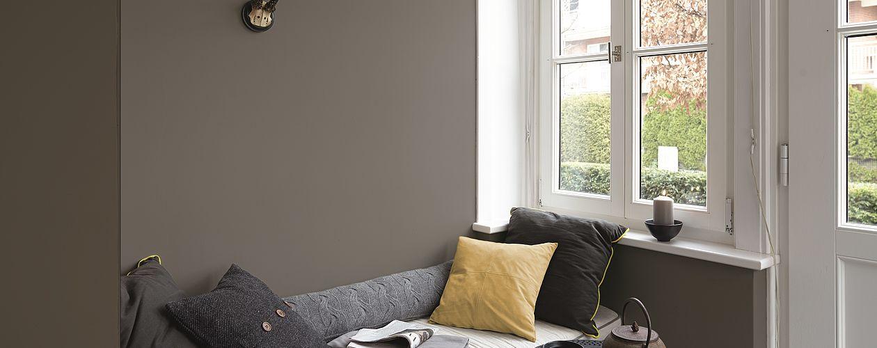 Ein kühles Anthrazit lässt sich mit viel warmem Holz gekonnt ausbalancieren und schenkt vor allem großen Räumen mehr Intimität und Behaglichkeit.