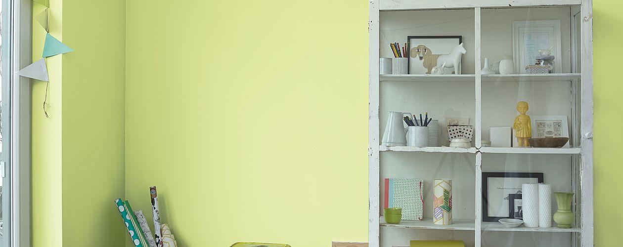 Ein frisches Gelbgrün und dazu Dekoration in mattem Anthrazit: damit zieht der Frühling ins Kinder- oder Arbeitszimmer.