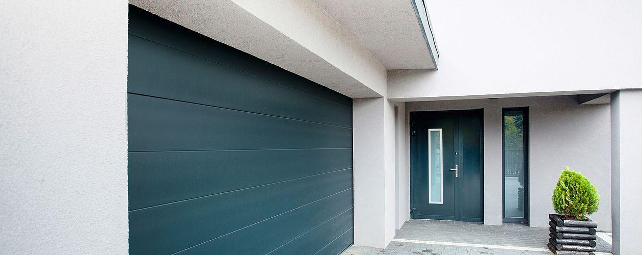 Neue Fassaden, wie z. B. bei einem Neubau oder nach dem Renovieren, sollten vor dem ersten Anstrich komplett grundiert werden.